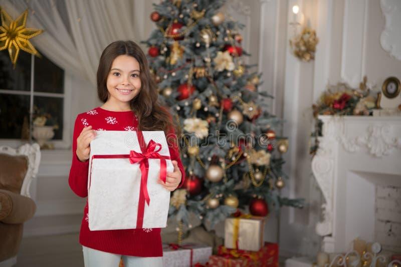 La mattina prima di natale Festa di nuovo anno Nuovo anno felice piccola ragazza felice a natale Natale Il bambino gode del fotografia stock