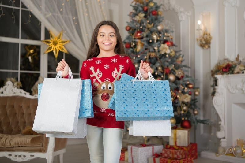 La mattina prima di natale Ragazza con i sacchetti di acquisto - sally Festa di nuovo anno Nuovo anno felice piccola ragazza feli fotografia stock