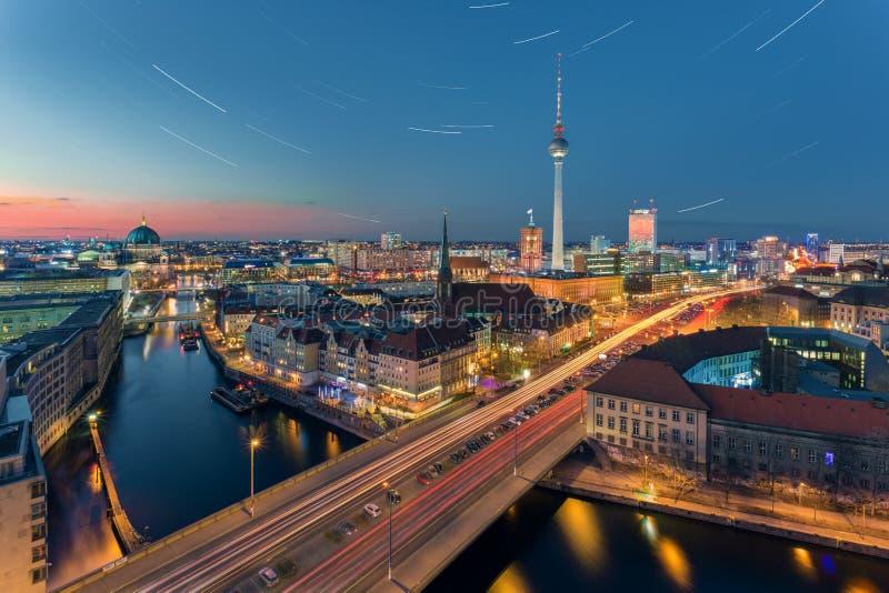 La mayoría de la opinión popular del panorama de Berlín en la noche con las estrellas fotografía de archivo