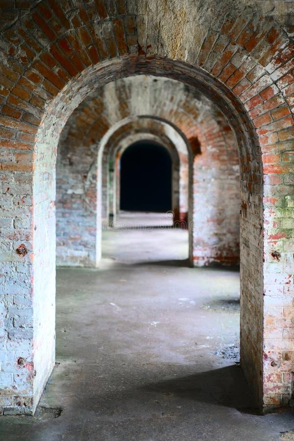 La mazmorra oscura del castillo viejo del ladrillo fotografía de archivo