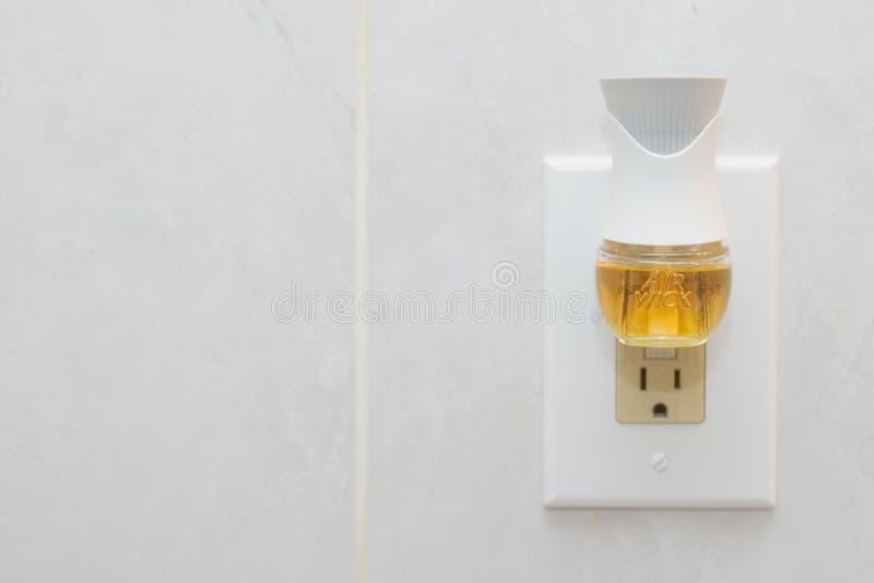 La mecha del aire enchufa el ambientador de aire con aerosol líquido fotos de archivo