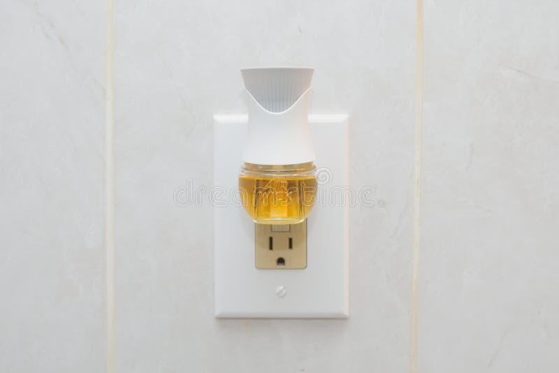 La mecha del aire enchufa el ambientador de aire con aerosol líquido foto de archivo libre de regalías