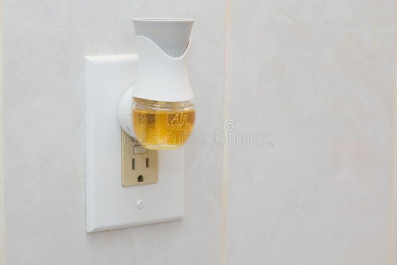 La mecha del aire enchufa el ambientador de aire con aerosol líquido imagenes de archivo