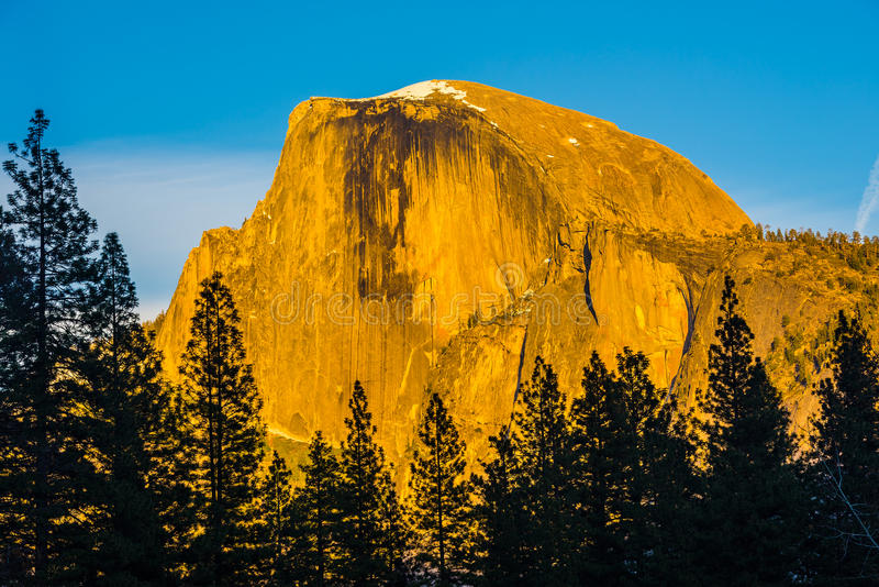 La media bóveda en la luz de la puesta del sol, parque nacional de Yosemite, Californi foto de archivo libre de regalías