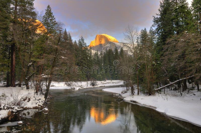 La media bóveda reflejó en el río de Merced, parque nacional de Yosemite imagen de archivo