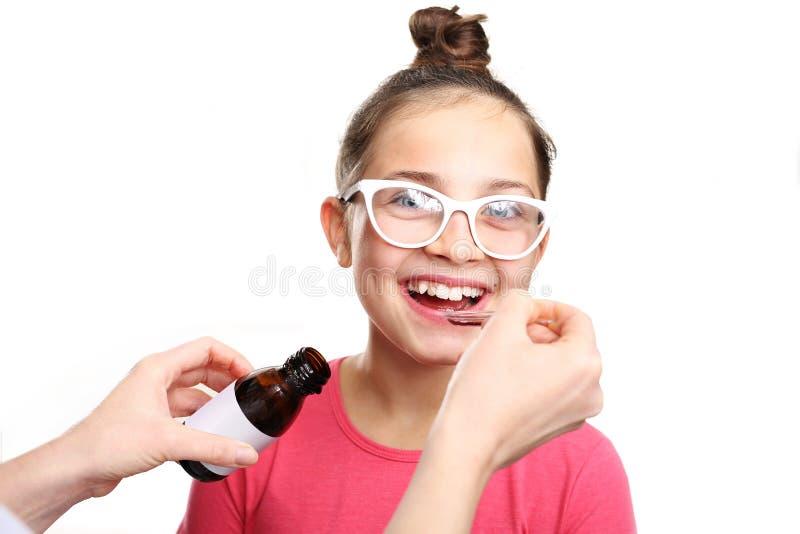 la medicina, su niño está tomando las vitaminas foto de archivo libre de regalías