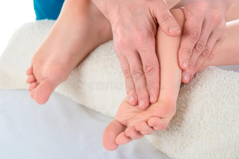 La medico-podologia fa un esame e un massaggio del piede paziente del ` s nella clinica fotografia stock libera da diritti