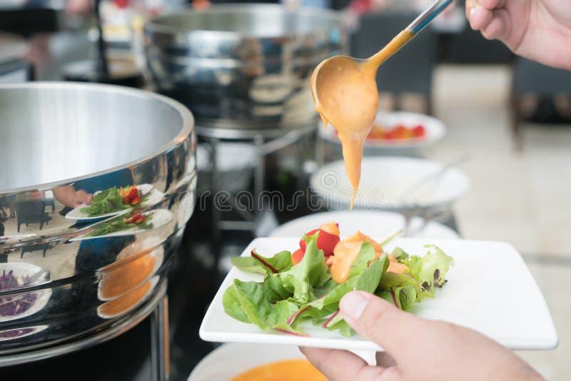 La medida de la cuchara de sopa de las mil preparaciones de isla cremosa que son vierte fotografía de archivo
