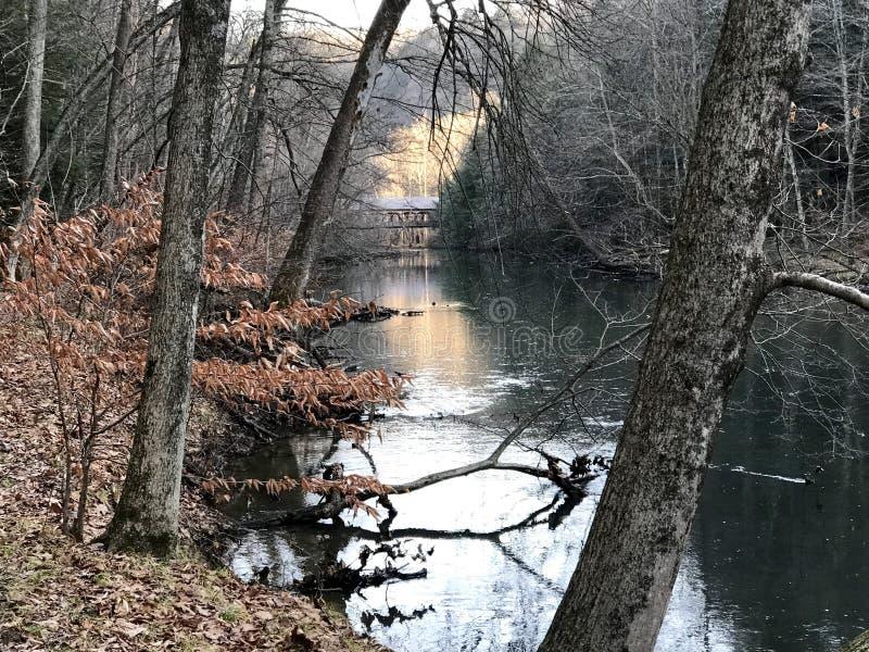 La meilleure photo de pont d'hiver de rivière de moh photos libres de droits