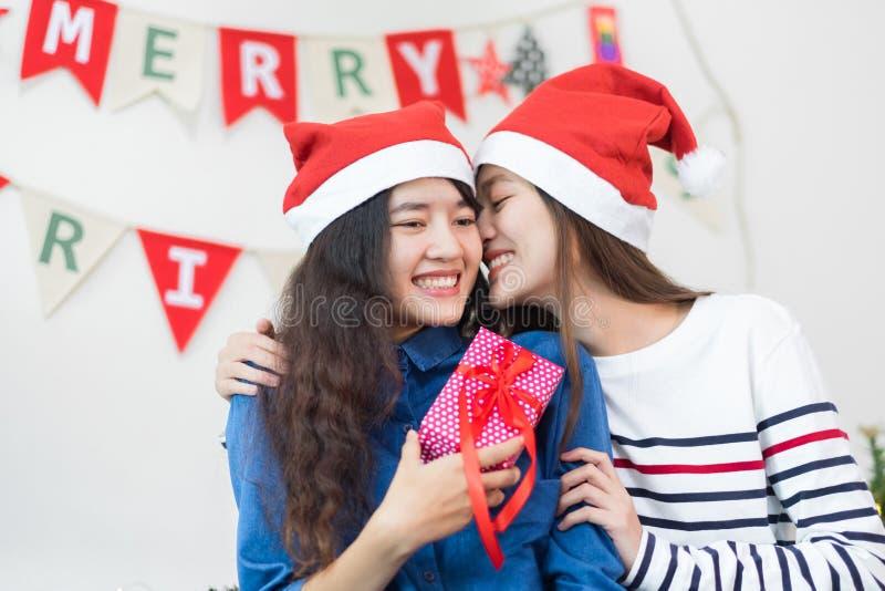 La mejilla del beso de la novia del amante de Asia y da el regalo de la Navidad en Navidad fotos de archivo