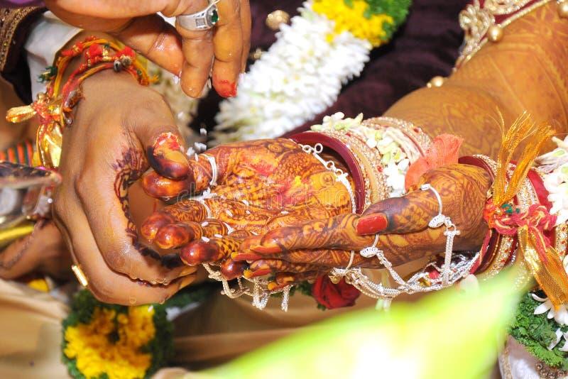La mejor boda para las fotos comunes de las manos indias imagen de archivo