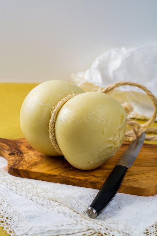 La mejor comida italiana - queso fresco del caciocavallo de ovejas y de la vaca fotografía de archivo libre de regalías