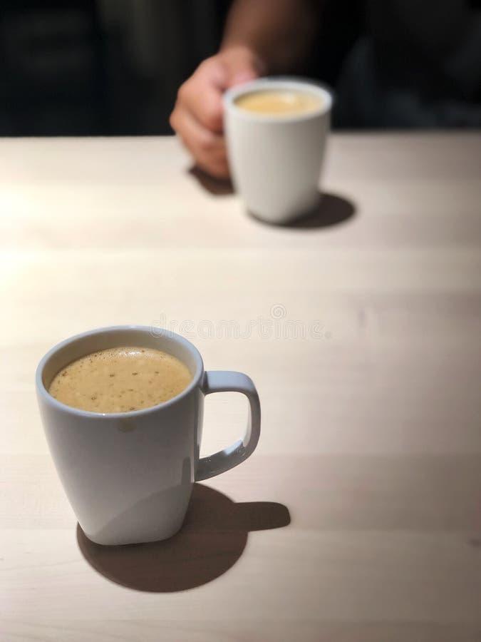 La mejor hora de relajarse, café sólo 2 tazas en la tabla de madera con la luz del café, fotos de archivo
