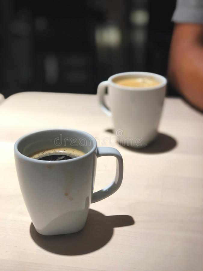 La mejor hora de relajarse, vista superior del café sólo 2 tazas en la tabla de madera con la luz del café fotos de archivo