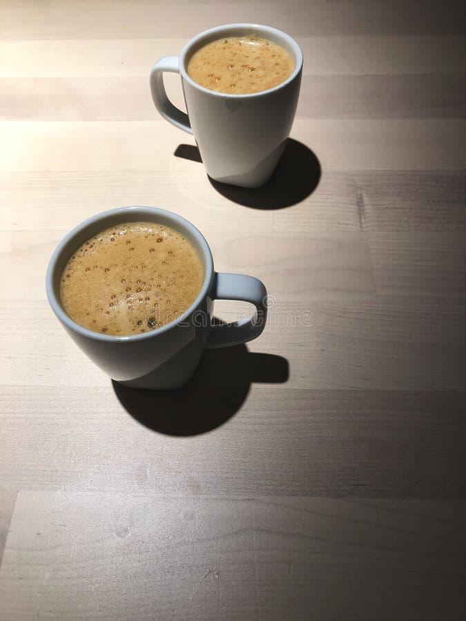 La mejor hora de relajarse, vista superior del café sólo 2 tazas en la tabla de madera con la luz del café foto de archivo