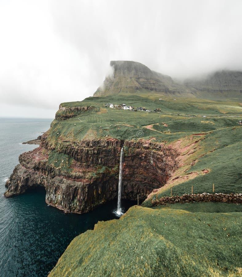 La mejor posición ventajosa para el ` s Mulafossur de la isla de Vagar en Gasadalur fotografía de archivo