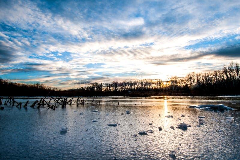La mejor puesta del sol en el río-Ural no totalmente congelado fotografía de archivo libre de regalías