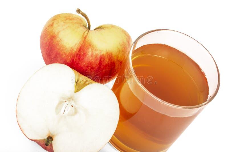 La mela rossa ha tagliato il succo di mele in mele di vetro e fresche su un fondo bianco immagine stock libera da diritti
