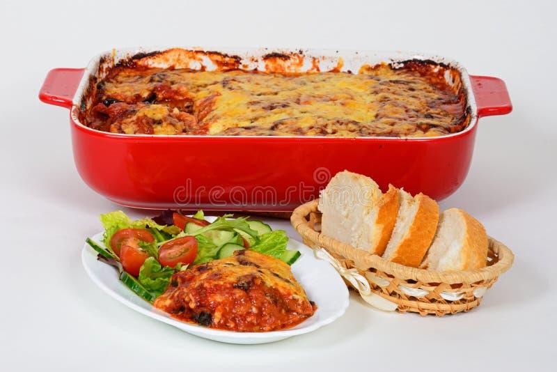 La melanzana al forno completata con chesse è servito con insalata e pane fotografia stock libera da diritti