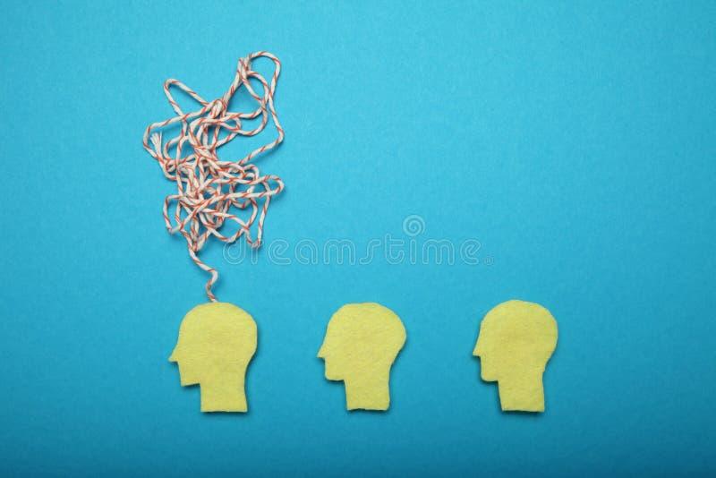 La mente pensa il concetto, idea in mente Rumore del cervello, stanco, problemi, sforzo immagine stock
