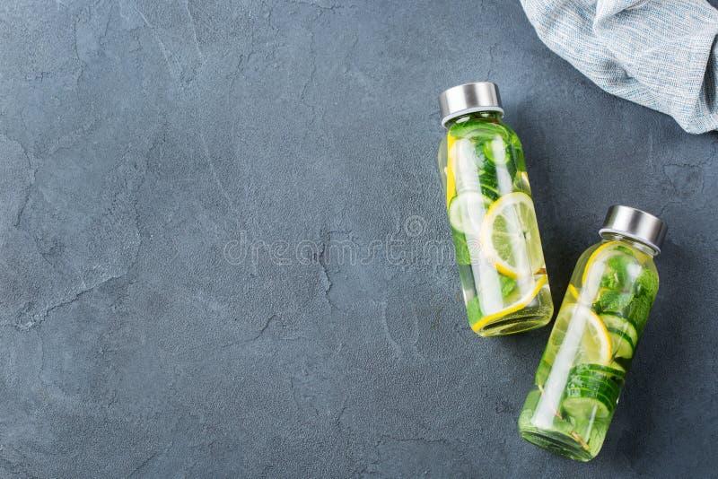 La menthe fraîche fraîche de concombre de citron a infusé la boisson de detox de l'eau photo libre de droits