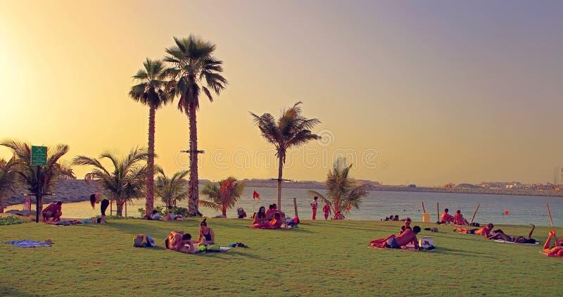La Mer à Dubaï, EAU - 6 mai 2018 : Repos de personnes sur la plage a image libre de droits