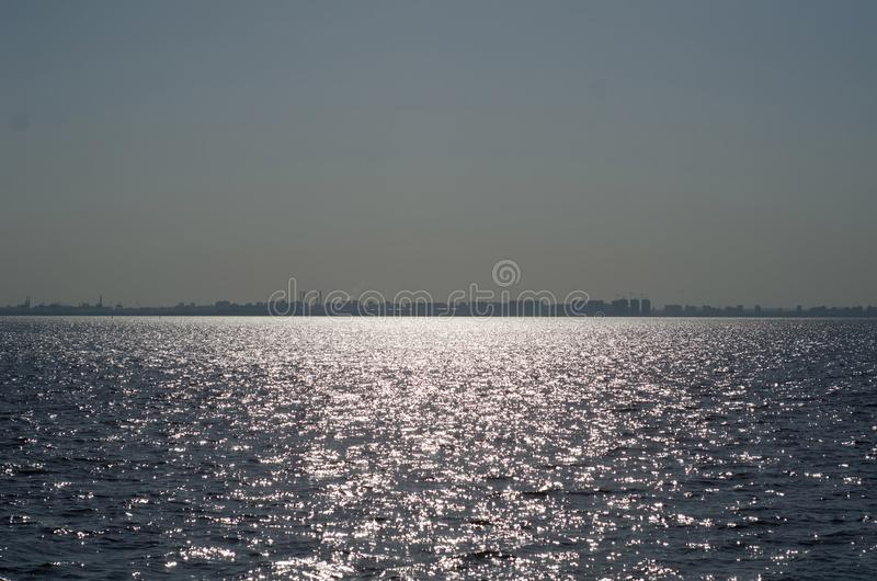 La mer allumée avec le soleil image libre de droits