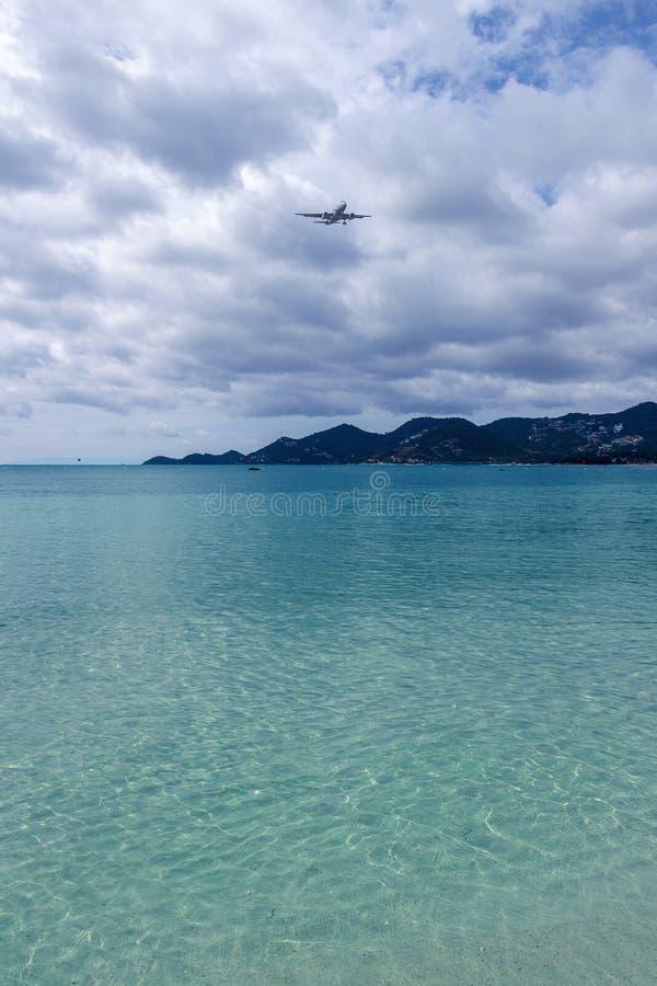 La mer bleue a été couverte de nuages foncés, qui se sont avérés justement voler au-dessus d'un avion photo libre de droits