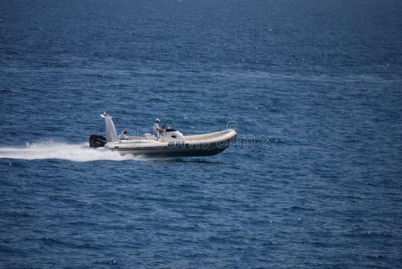 La mer bleue de coupures gonflables de canot automobile ondule un jour ensoleillé photographie stock