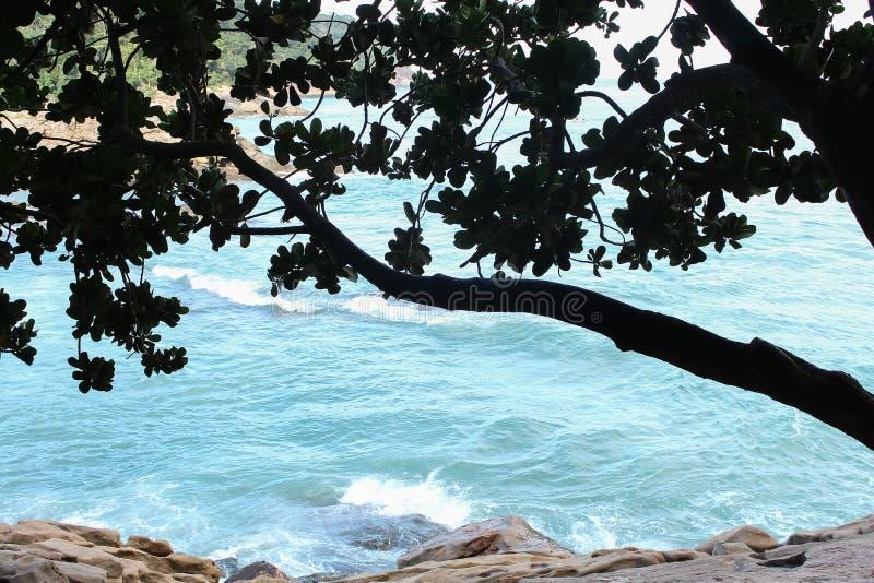 La mer bleue et un mur en pierre images libres de droits