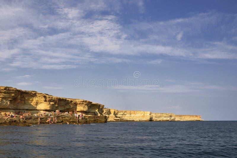 La mer côtière bascule le paysage de station de vacances de belle vue dans Tarhankut images stock