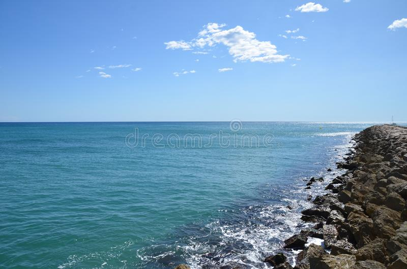 La mer calme dans Sitges Espagne image stock