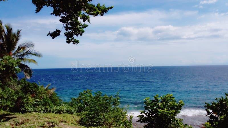 La mer d'un bleu profond images stock