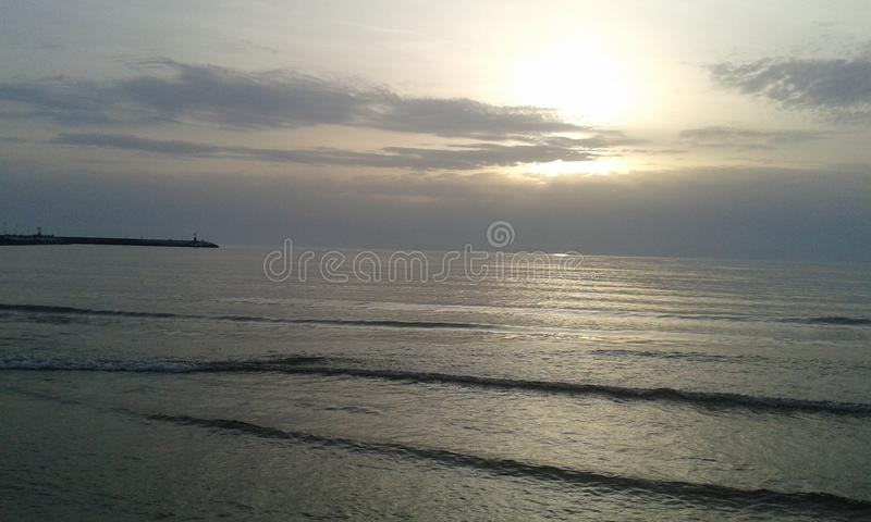 La mer de coucher du soleil dans Viareggio images stock