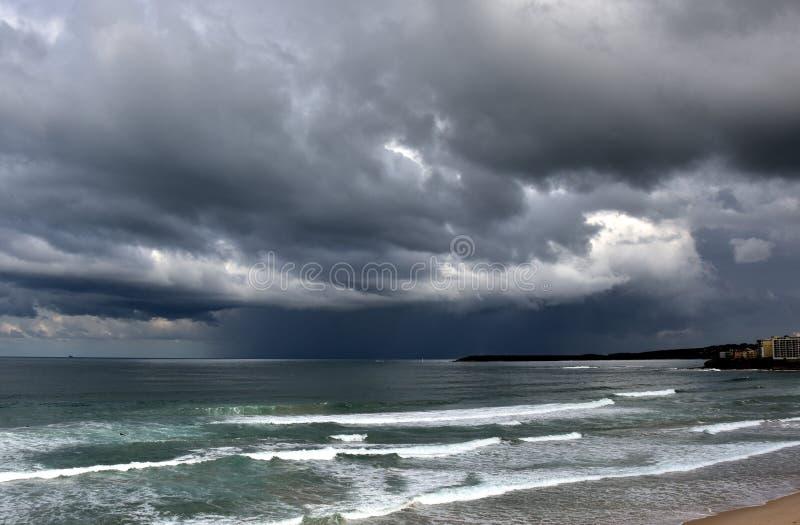 La mer de jaillissement un jour orageux d'hiver chez Cronulla échouent photos libres de droits