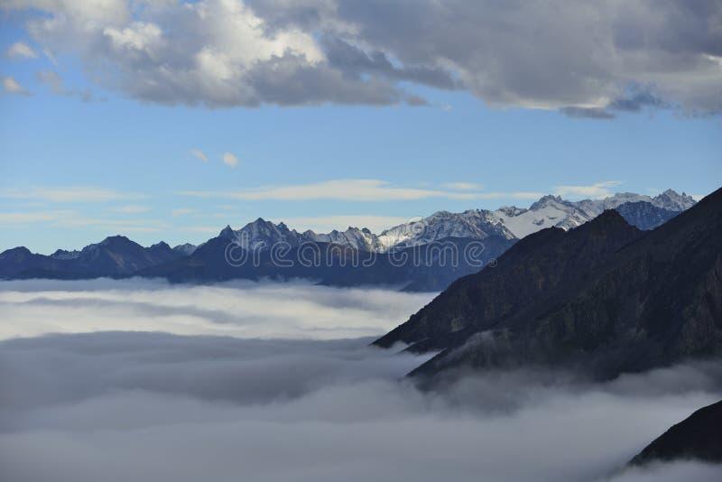 La mer de nuage de la montagne Zheduo photos libres de droits