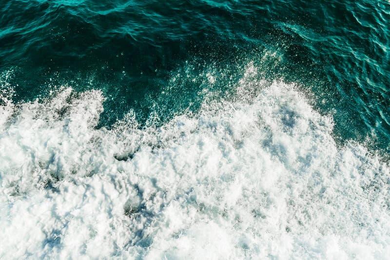 La mer de roulement ondule, vue supérieure d'océan couverte par la mousse Turquoise et eau de couleur verte image libre de droits