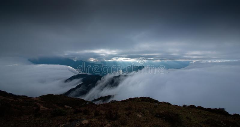 La mer des nuages sur les bétail soutiennent la montagne dans Sichuan occidental, Chine photo stock