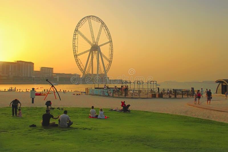 La Mer ? Duba?, EAU - 8 mai 2018 : Repos de personnes sur la plage au coucher du soleil C'est un nouveau secteur du front de mer  photos stock