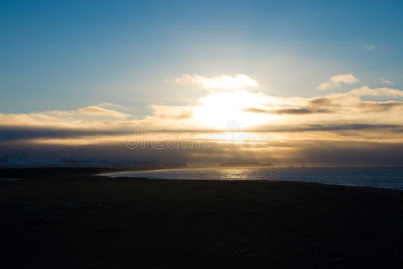 La mer et le brouillard en Islande voyagent, des couleurs photographie stock