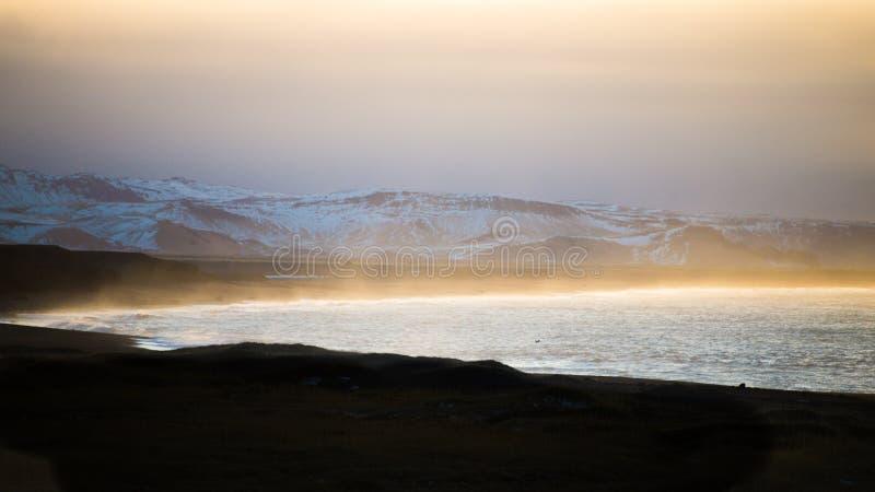 La mer et le brouillard en Islande voyagent, des couleurs photo libre de droits