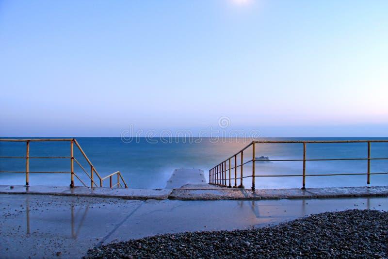 la mer et le clair de lune de soirée image libre de droits