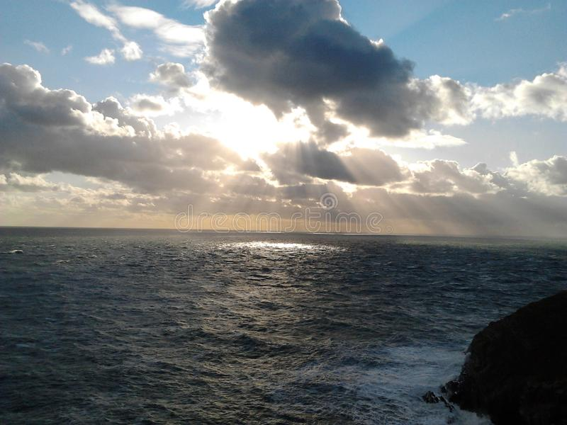 La mer et le coucher du soleil près des sud empilent le phare, Anglesey le Pays de Galles en octobre 2012 photo libre de droits