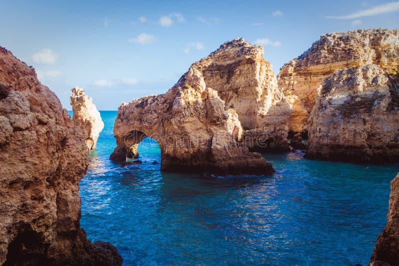 La mer et les roches images stock