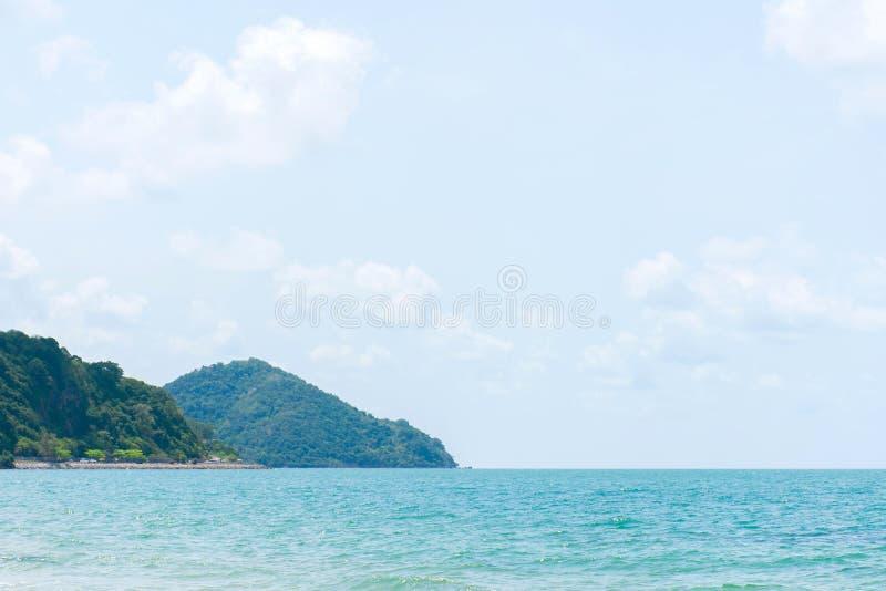 La mer et la montagne avec le ciel bleu et le nuage tranquilité et air frais pendant le temps de détente photo stock