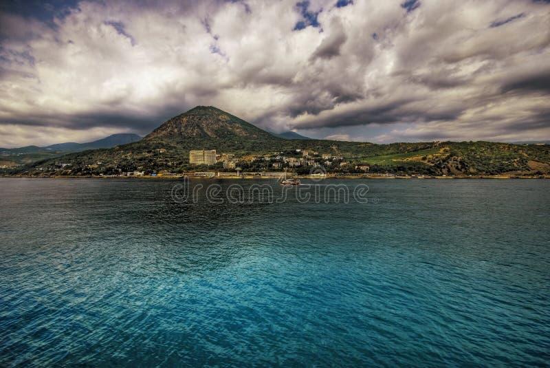 La Mer, Le Soleil, Nuages, Pierres Photos stock