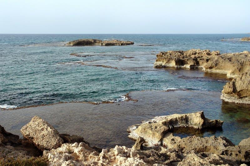 La mer Méditerranée, côte rocheuse, lagune avec image libre de droits