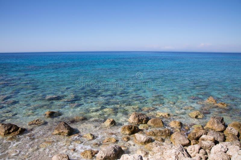 La mer Méditerranée en Grèce : Fond d'océan avec la côte, l'eau images libres de droits