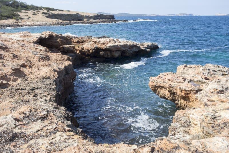 La mer Méditerranée, vue côtière, formation de roche, Sant Antoni images libres de droits