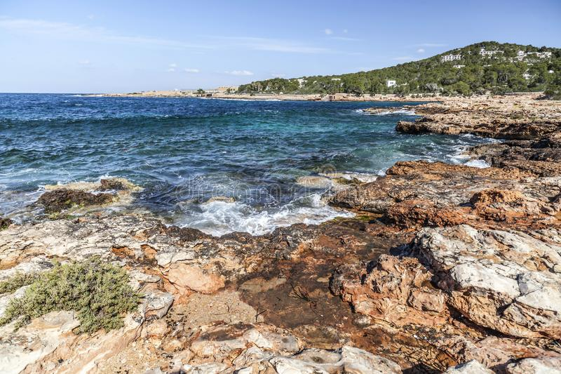 La mer Méditerranée, vue côtière, formation de roche, Sant Antoni images stock